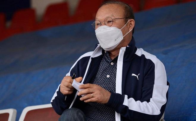 HLV Park Hang-seo tự lau ghế bẩn, xịt dung dịch diệt khuẩn đề ...
