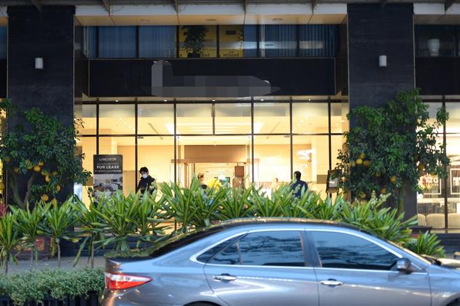 [Ảnh] Nhiều cửa hàng treo biển mong khách thông cảm, nghỉ bán hàng nơi bệnh nhân 50 nhiễm Covid-19 sinh sống ở Hà Nội - Ảnh 3.