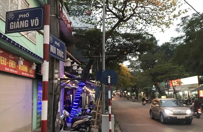 [Ảnh] Nhiều cửa hàng treo biển mong khách thông cảm, nghỉ bán hàng nơi bệnh nhân 50 nhiễm Covid-19 sinh sống ở Hà Nội - Ảnh 2.