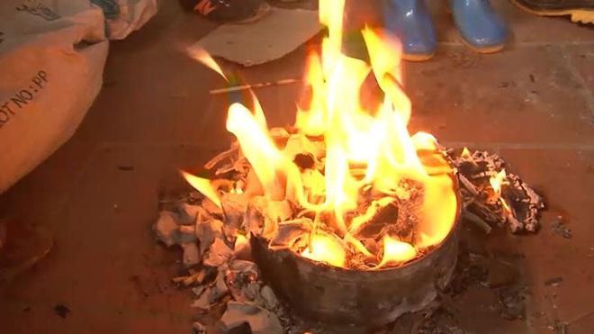 Thanh niên 27 tuổi bốc cháy như cột lửa do dùng xăng đốt rác - Ảnh 1.