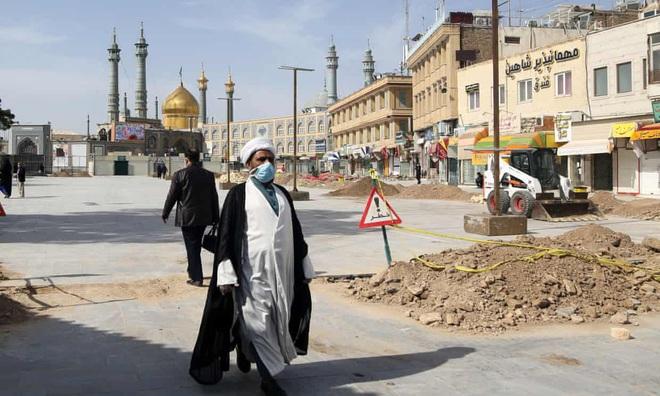 Iran: Tín đồ Hồi giáo đổ xô tới đền thờ bất chấp dịch COVID-19 bùng phát mạnh, cảnh sát phải cưỡng chế giải tán - Ảnh 1.