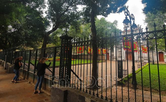 [Ảnh] Hà Nội: Các di tích đóng cửa, khách Tây ngỡ ngàng chụp ảnh ngắm cảnh từ xa - Ảnh 3.