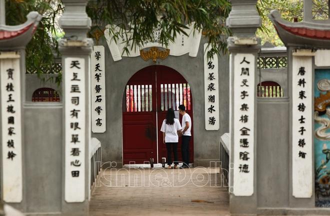 [Ảnh] Hà Nội: Các di tích đóng cửa, khách Tây ngỡ ngàng chụp ảnh ngắm cảnh từ xa - Ảnh 13.