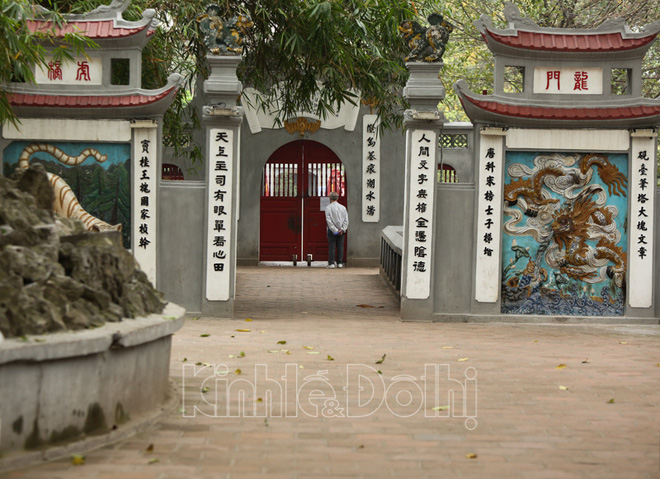 [Ảnh] Hà Nội: Các di tích đóng cửa, khách Tây ngỡ ngàng chụp ảnh ngắm cảnh từ xa - Ảnh 14.
