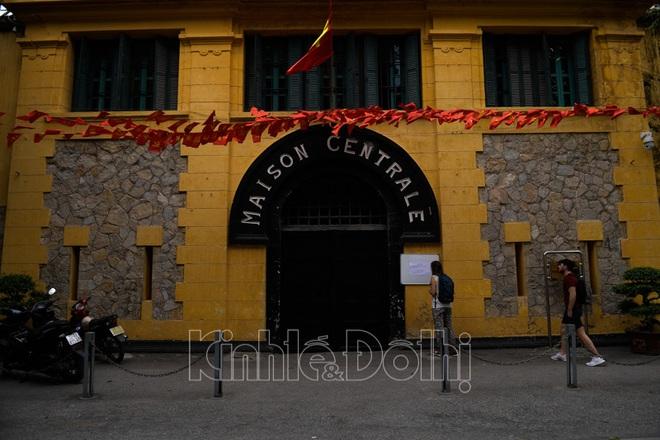 [Ảnh] Hà Nội: Các di tích đóng cửa, khách Tây ngỡ ngàng chụp ảnh ngắm cảnh từ xa - Ảnh 4.