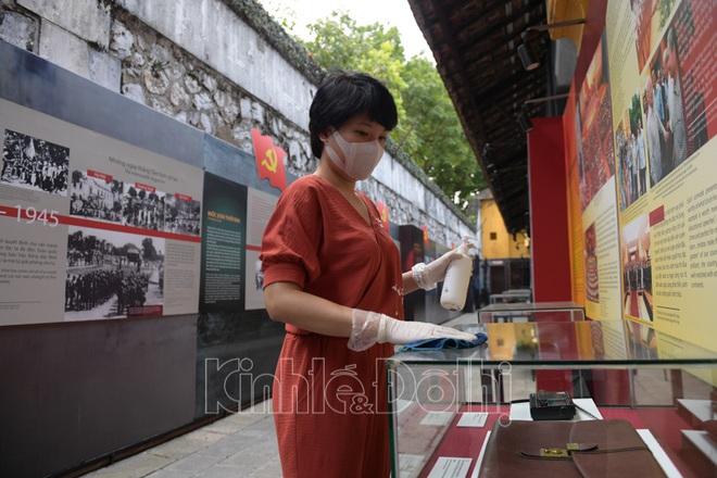 [Ảnh] Hà Nội: Các di tích đóng cửa, khách Tây ngỡ ngàng chụp ảnh ngắm cảnh từ xa - Ảnh 6.