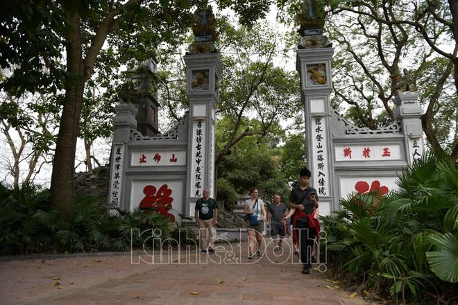 [Ảnh] Hà Nội: Các di tích đóng cửa, khách Tây ngỡ ngàng chụp ảnh ngắm cảnh từ xa - Ảnh 10.