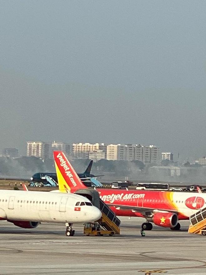 Máy bay Vietnam Airlines nổ lốp khi chạy đà, khói bốc mịt mù ở Tân Sơn Nhất - Ảnh 2.