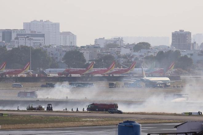 Máy bay Vietnam Airlines nổ lốp khi chạy đà, khói bốc mịt mù ở Tân Sơn Nhất - Ảnh 1.