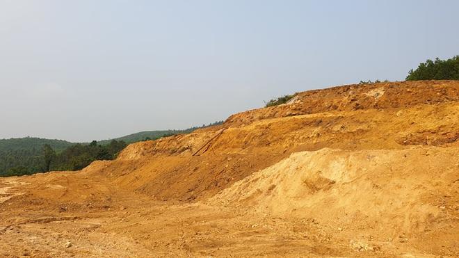 Ủi đất, phá đá ngay dưới chân đập thuỷ lợi Trà Cân - Ảnh 3.
