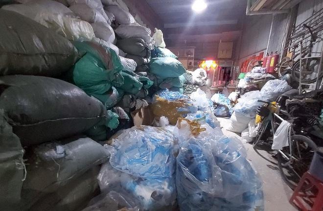 Phát hiện kho phế liệu chứa 2 tấn khẩu trang y tế đã qua sử dụng - Ảnh 2.
