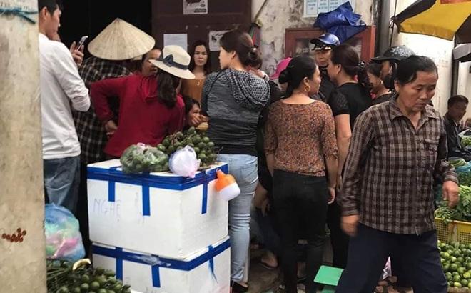 Người dân vây giữ một phụ nữ nghi vào chợ thôi miên lấy cả chục triệu đồng của tiểu thương