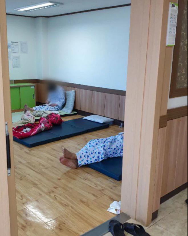 Thảm họa y tế ở Hàn Quốc: Thách thức nặng nề khi các bệnh nhân tâm thần nhiễm COVID-19 - Ảnh 1.