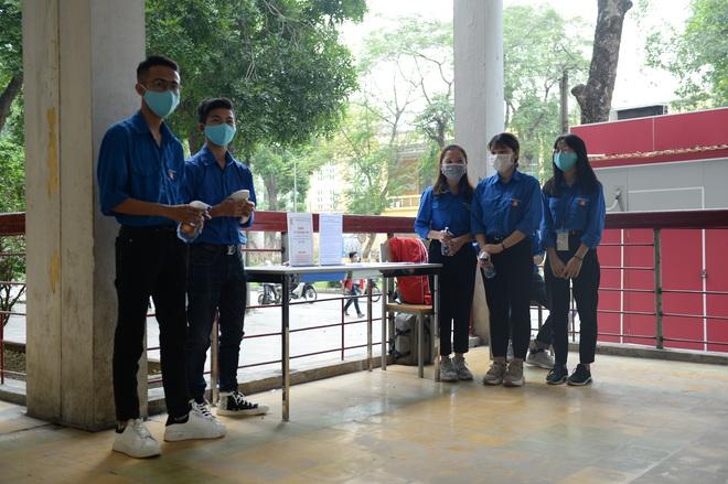 Sinh viên xếp hàng chờ tới lượt đo thân nhiệt ở trường, sau kỳ nghỉ kéo dài vì dịch Covid-19 - Ảnh 12.