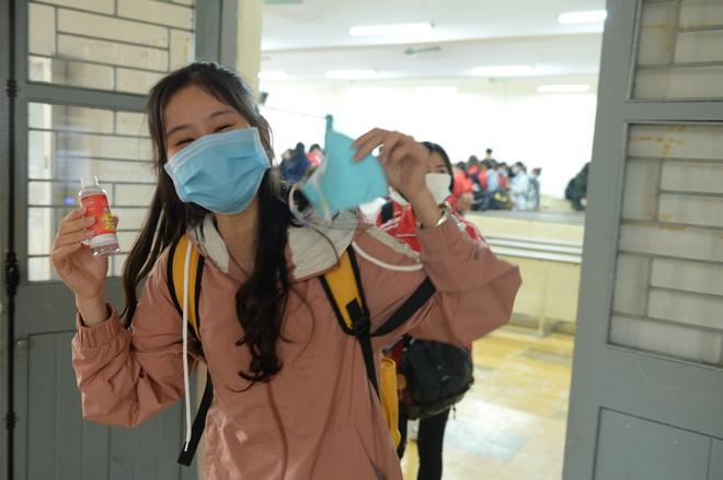 Sinh viên xếp hàng chờ tới lượt đo thân nhiệt ở trường, sau kỳ nghỉ kéo dài vì dịch Covid-19 - Ảnh 10.