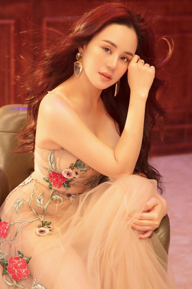 Vy Oanh khoe vai trần quyến rũ, tiết lộ lý do ít đi hát - Ảnh 3.