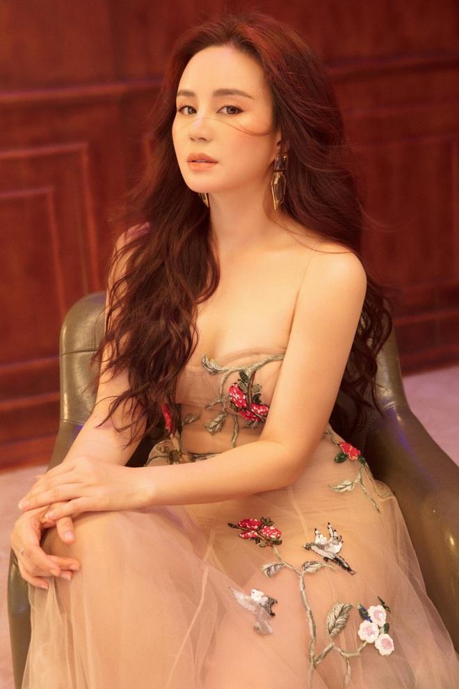 Vy Oanh khoe vai trần quyến rũ, tiết lộ lý do ít đi hát - Ảnh 4.