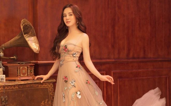 Vy Oanh khoe vai trần quyến rũ, tiết lộ lý do ít đi hát