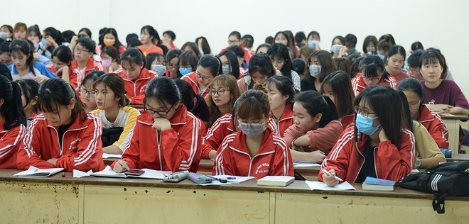 Sinh viên xếp hàng chờ tới lượt đo thân nhiệt ở trường, sau kỳ nghỉ kéo dài vì dịch Covid-19 - Ảnh 8.