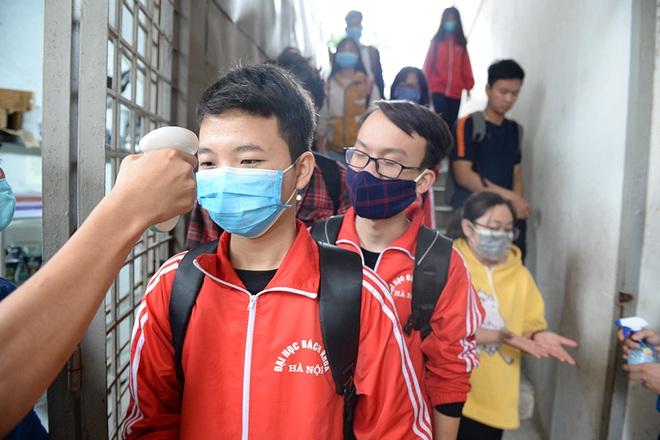Sinh viên xếp hàng chờ tới lượt đo thân nhiệt ở trường, sau kỳ nghỉ kéo dài vì dịch Covid-19 - Ảnh 6.