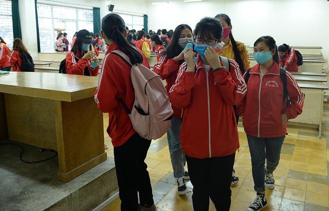 Sinh viên xếp hàng chờ tới lượt đo thân nhiệt ở trường, sau kỳ nghỉ kéo dài vì dịch Covid-19 - Ảnh 9.