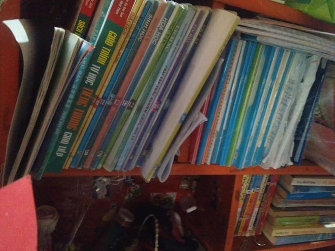 Soạn sách vở để đi học lại vào sáng nay, nữ sinh THPT tá hỏa vì vị khách không mời trên giá sách - Ảnh 2.