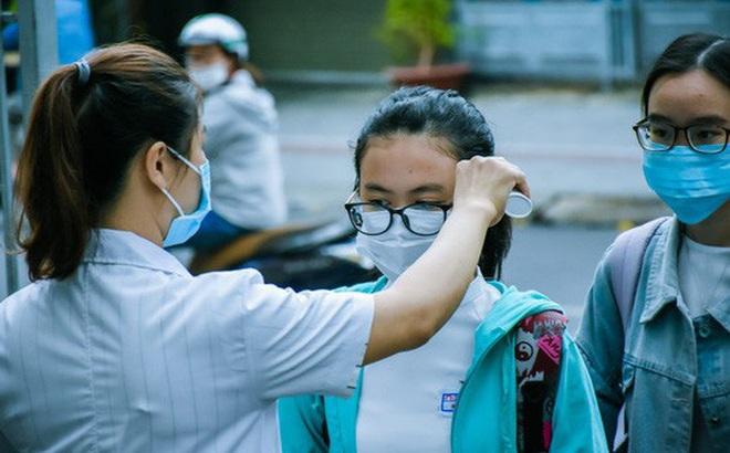 [Ảnh] Học sinh lớp 12 ở Đà Nẵng quay lại trường học sau kỳ nghỉ dài phòng dịch Covid-19