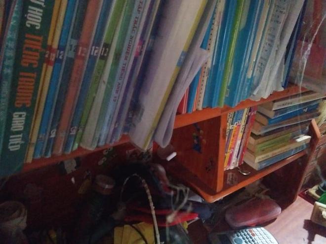 Soạn sách vở để đi học lại vào sáng nay, nữ sinh THPT tá hỏa vì vị khách không mời trên giá sách - Ảnh 3.
