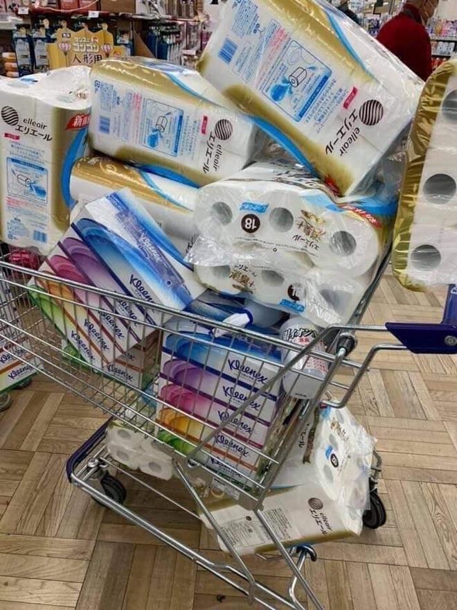 Siêu thị ở Nhật Bản cháy giấy vệ sinh vì tin đồn về Covid-19 - Ảnh 5.