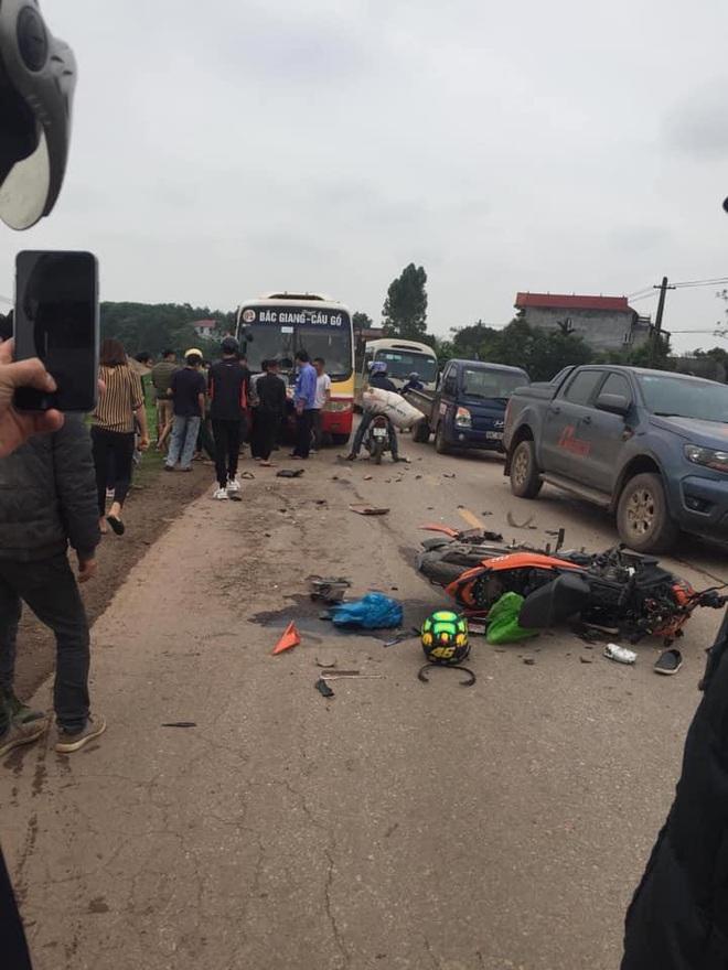 Đâm thủng đầu xe buýt, xe máy Exciter vỡ nát - hiện trường vụ tai nạn khiến tất cả kinh sợ  - Ảnh 1.