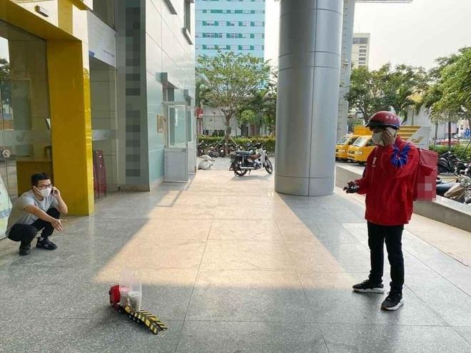 Phòng dịch, shipper dùng ô tô đồ chơi giao đồ uống cho khách, đứng cách 2m cũng phải gọi điện thoại - Ảnh 3.