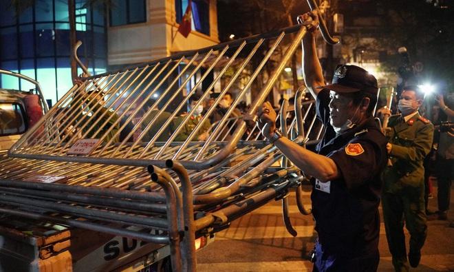 Phố Trúc Bạch được dỡ bỏ hàng rào phong tỏa, người dân vui mừng sau 14 ngày cách ly - Ảnh 9.