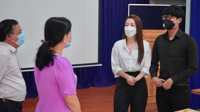 Chi Pu gây chú ý khi mặc đồ bảo hộ kín mít tại sân bay - Ảnh 11.