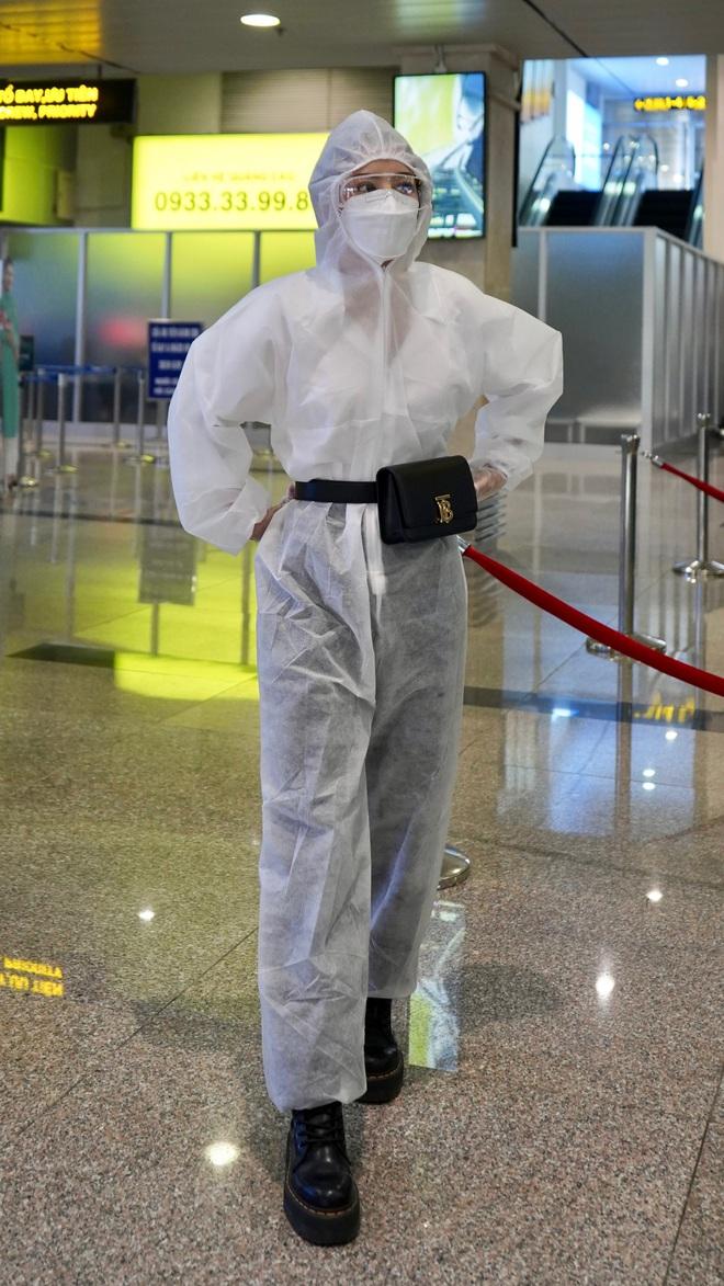 Chi Pu gây chú ý khi mặc đồ bảo hộ kín mít tại sân bay - Ảnh 3.