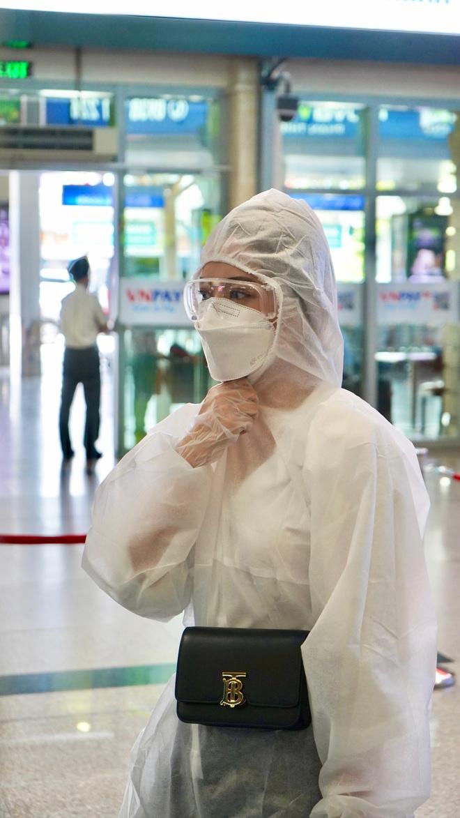 Chi Pu gây chú ý khi mặc đồ bảo hộ kín mít tại sân bay - Ảnh 2.
