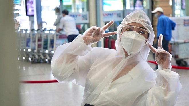 Chi Pu gây chú ý khi mặc đồ bảo hộ kín mít tại sân bay - Ảnh 4.