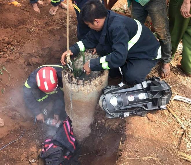Giải cứu bé trai 7 tuổi mắc kẹt 5 giờ trong trụ điện - Ảnh 2.