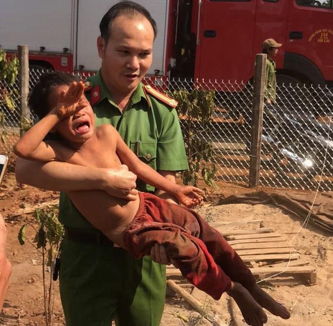 Giải cứu bé trai 7 tuổi mắc kẹt 5 giờ trong trụ điện - Ảnh 3.