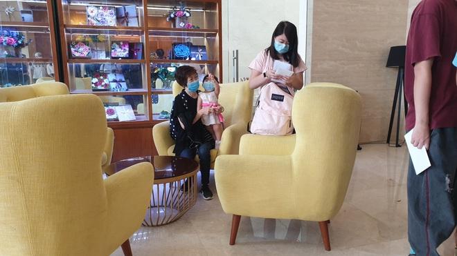 Dỡ cách ly tại khách sạn ở Đà Nẵng nơi 2 khách người Anh dương tính với Covid-19 lưu trú - Ảnh 8.