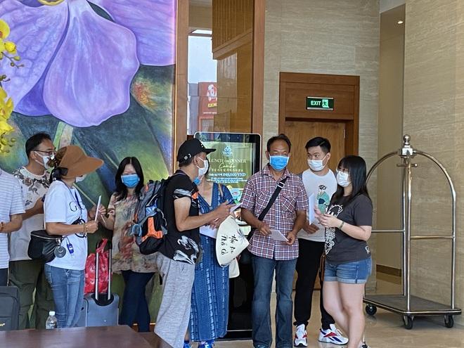 Dỡ cách ly tại khách sạn ở Đà Nẵng nơi 2 khách người Anh dương tính với Covid-19 lưu trú - Ảnh 2.