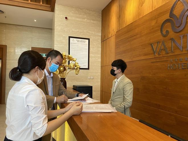 Dỡ cách ly tại khách sạn ở Đà Nẵng nơi 2 khách người Anh dương tính với Covid-19 lưu trú - Ảnh 16.