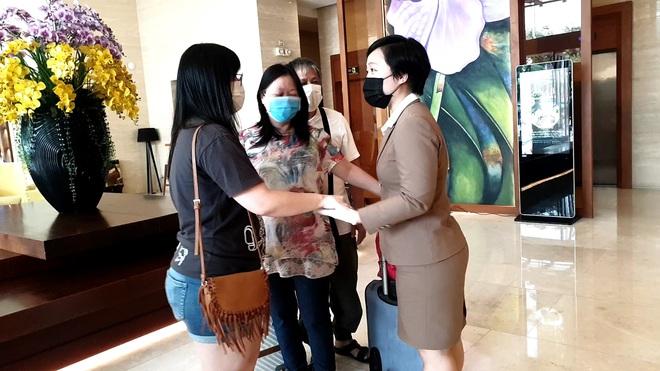 Dỡ cách ly tại khách sạn ở Đà Nẵng nơi 2 khách người Anh dương tính với Covid-19 lưu trú - Ảnh 6.