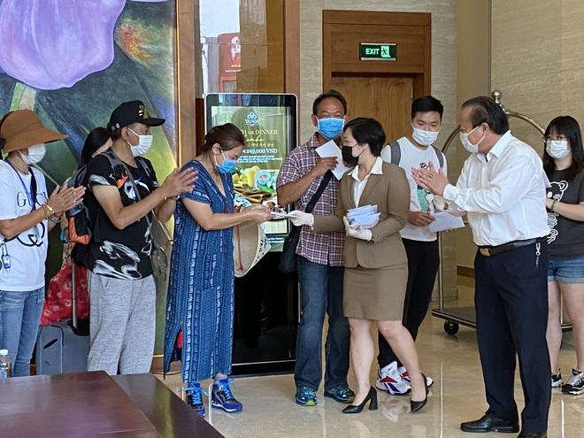 Dỡ cách ly tại khách sạn ở Đà Nẵng nơi 2 khách người Anh dương tính với Covid-19 lưu trú - Ảnh 4.