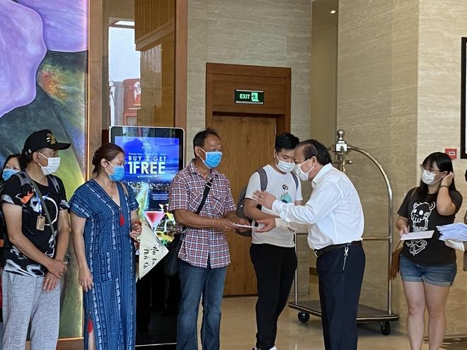 Dỡ cách ly tại khách sạn ở Đà Nẵng nơi 2 khách người Anh dương tính với Covid-19 lưu trú - Ảnh 3.