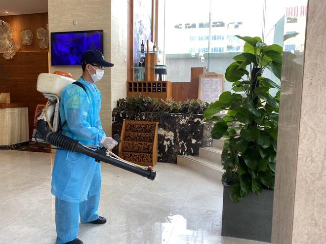 Dỡ cách ly tại khách sạn ở Đà Nẵng nơi 2 khách người Anh dương tính với Covid-19 lưu trú - Ảnh 11.