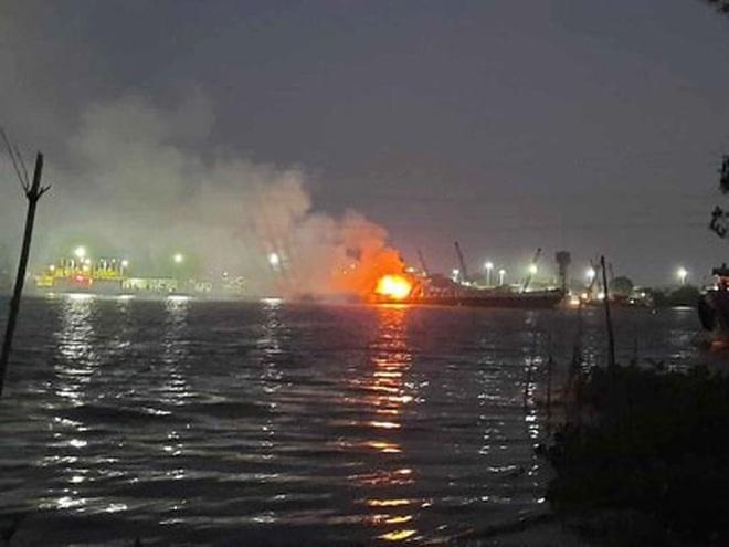 Nổ tàu chở xăng, 2 người chết, 1 người mất tích trên sông Đồng Nai