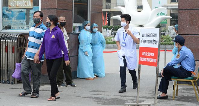 [Ảnh] Bệnh viện Bạch Mai ngừng khám theo yêu cầu, kiểm tra thân nhiệt người vào viện sau khi 2 nữ điều dưỡng nhiễm Covid-19 - Ảnh 2.