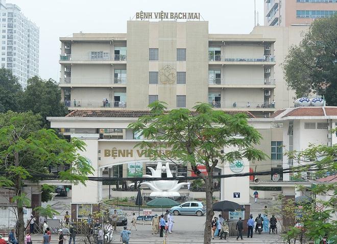 [Ảnh] Bệnh viện Bạch Mai ngừng khám theo yêu cầu, kiểm tra thân nhiệt người vào viện sau khi 2 nữ điều dưỡng nhiễm Covid-19 - Ảnh 1.