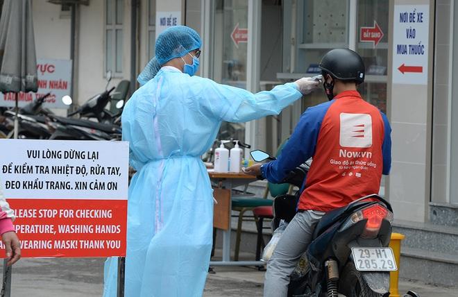 [Ảnh] Bệnh viện Bạch Mai ngừng khám theo yêu cầu, kiểm tra thân nhiệt người vào viện sau khi 2 nữ điều dưỡng nhiễm Covid-19 - Ảnh 3.