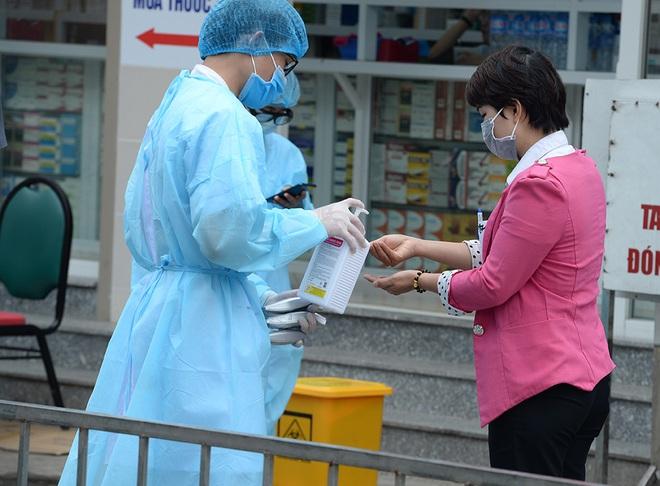 [Ảnh] Bệnh viện Bạch Mai ngừng khám theo yêu cầu, kiểm tra thân nhiệt người vào viện sau khi 2 nữ điều dưỡng nhiễm Covid-19 - Ảnh 5.
